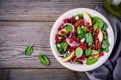 自创菠菜、苹果、胡桃、红洋葱沙拉用山羊乳干酪和石榴 免版税库存图片
