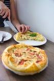 自创菠菜和烟肉怂恿在脆皮馅饼法国人烹调的乳蛋饼 免版税图库摄影