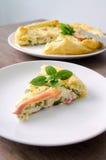 自创菠菜和烟肉怂恿在脆皮馅饼的乳蛋饼在木委员会 法国烹调平的设计 库存照片