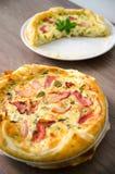 自创菠菜和烟肉怂恿在脆皮馅饼的乳蛋饼在木委员会 法国烹调平的设计 免版税库存照片