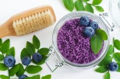 自创蓝莓糖在一个玻璃瓶子洗刷/腌制槽用食盐/脚浸泡 自然护肤的DIY化妆用品 复制空间 库存图片