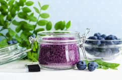 自创蓝莓面孔和身体糖在一个玻璃瓶子洗刷/腌制槽用食盐/脚浸泡 自然护肤的DIY化妆用品 复制空间 库存照片