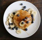 自创蓝莓香蕉薄煎饼 免版税库存照片
