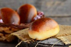 自创蓬松小馅饼 与充塞的被烘烤的小馅饼 土气样式 特写镜头 图库摄影