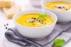自创蔬菜汤用南瓜用奶油色和黑芝麻 图库摄影