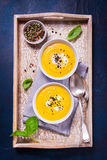 自创蔬菜汤用南瓜用奶油色和黑芝麻 免版税库存图片
