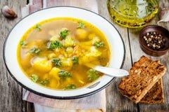 自创蔬菜汤用硬花甘蓝,花椰菜,在碗的红萝卜 免版税图库摄影