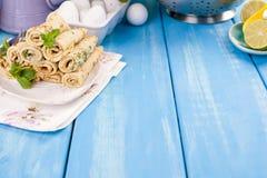 自创薄煎饼用薄菏和石灰 传统俄国春天酥皮点心 烹调为狂欢节的可口家庭早餐 卡片 图库摄影