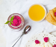 自创薄煎饼用蜂蜜,莓,酸奶干酪用糖粉 平的位置,顶视图 复制空间 Eco样式 免版税库存图片