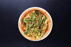 自创薄饼用沙拉,蕃茄,乳酪接近  图库摄影