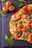 自创薄饼用烟肉、蕃茄、菠菜、芝麻菜和乳酪 免版税图库摄影