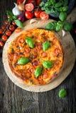 自创薄饼margherita用无盐干酪、蓬蒿和蕃茄 免版税库存图片