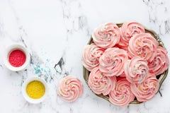 自创蛋白软糖,蓬松点心和风,桃红色漩涡蛋白甜饼 免版税库存照片