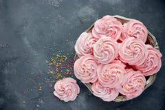 自创蛋白软糖,蓬松点心和风,桃红色漩涡蛋白甜饼 库存照片