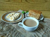 自创蛋糕和奶茶 库存照片