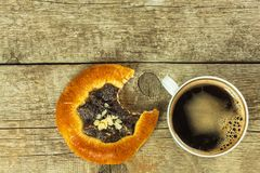 自创蛋糕和热的咖啡 家庭早餐甜点快餐 库存照片