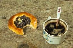 自创蛋糕和热的咖啡 家庭早餐甜点快餐 免版税库存照片