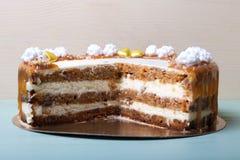 自创蛋糕片断与另外华伦泰` s天装饰的 免版税库存照片