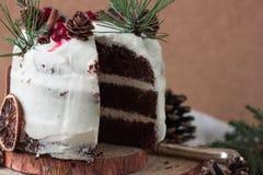 自创蛋糕片断与柿子的装饰用结霜乳脂干酪和洒用在新年装饰的巧克力 免版税库存照片