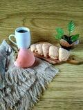 自创蛋糕用咖啡,在霜的柿子 库存图片