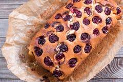 自创蛋糕用在木背景的樱桃 库存图片