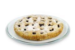 自创蛋糕用在玻璃板的樱桃在白色背景 免版税库存照片