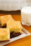 自创蛋糕用巧克力和牛奶 免版税库存照片