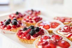 自创蛋糕用莓果 免版税库存照片