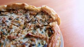 自创蛋糕用蘑菇、鸡和菜在一张木桌上 库存图片