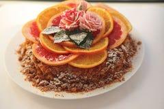自创蛋糕/乳酪蛋糕用桔子、石灰和巧克力 库存图片