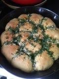自创蛋糕 开胃小圆面包用大蒜和莳萝 库存图片
