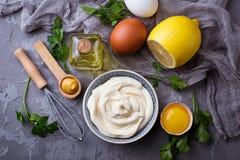 自创蛋黄酱调味汁和橄榄油,鸡蛋,芥末,柠檬 库存图片