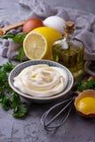 自创蛋黄酱调味汁和橄榄油,鸡蛋,芥末,柠檬 免版税库存照片