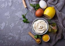 自创蛋黄酱调味汁和橄榄油,鸡蛋,芥末,柠檬 库存照片