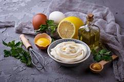 自创蛋黄酱调味汁和橄榄油,鸡蛋,芥末,柠檬 免版税库存图片