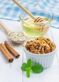 自创蜂蜜桂香格兰诺拉麦片 免版税库存照片