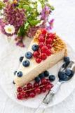 自创蜜糕片断用新鲜的莓果 库存照片