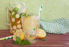 自创被冰的茶用柠檬 免版税库存图片