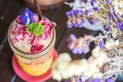 自创被击碎夏天冷的莓的柠檬与苏打水和冰在玻璃 免版税库存照片