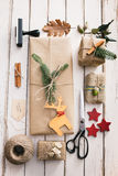 自创被包裹的圣诞节礼物 免版税库存图片