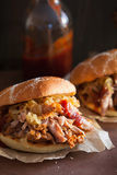 自创被拉扯的猪肉汉堡用焦糖的葱和bbq调味 免版税图库摄影