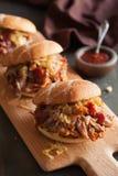 自创被拉扯的猪肉汉堡用焦糖的葱和bbq调味 免版税库存图片