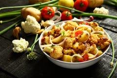 自创被烘烤的土豆和花椰菜沙拉 免版税库存图片