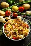 自创被烘烤的土豆和花椰菜沙拉 免版税库存照片