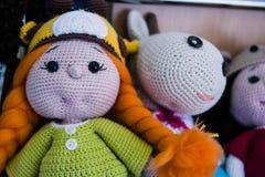 自创被编织的玩具在市场上 库存图片