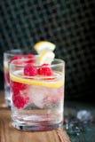 自创被击碎夏天冷的莓柠檬的鸡尾酒与苏打水和冰在葡萄酒背景的玻璃 免版税图库摄影