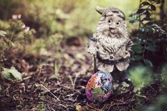 自创装饰的复活节彩蛋在庭院里 免版税库存图片