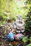 自创装饰的复活节彩蛋在庭院里 库存照片
