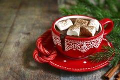 自创辣在一个红色杯子的圣诞节热巧克力 免版税库存照片