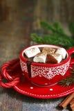 自创辣在一个红色杯子的圣诞节热巧克力 库存照片
